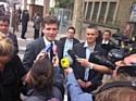 Le ministre du Redressement productif, Arnaud Montebourg, et Frédéric Duval (Amazon), à sa gauche.