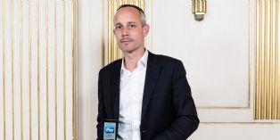 Romain Voog, DG France Amazon recevant son prix de l'Enseigne préférée 2013 selon le classement OC&C