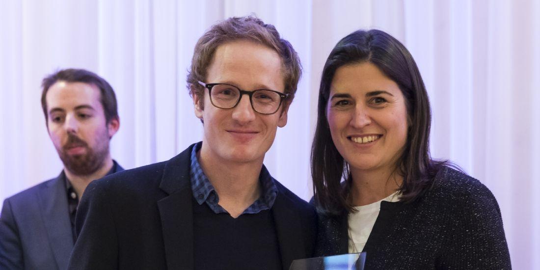 Béatrice de Montille reçoit le prix du Formidable Ecommerçant 2016 des mains de Gildas du Retail, responsable innovation chez DPD France.