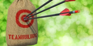 Avec le teambuilding, les collaborateurs réapprennent l'entraide pour relever les défis de l'entreprise.